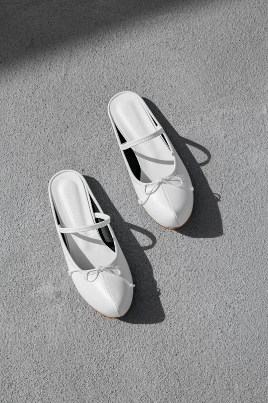 Pointed Toe Sabot in White